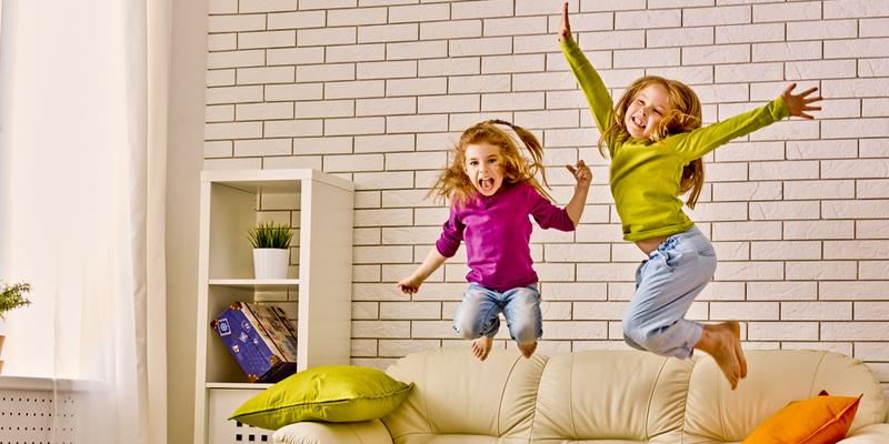 Фото детей прыгающих на диване 12