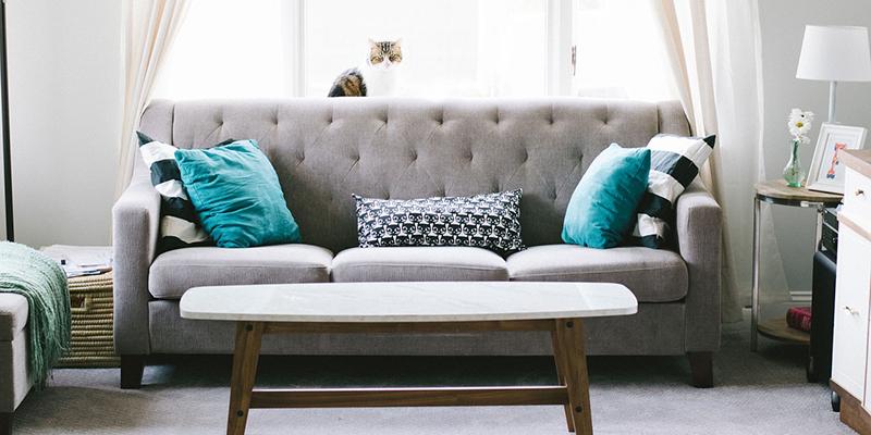 Прямой диван в квадратной гостиной