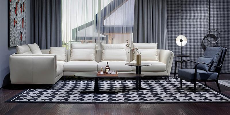 Угловой диван в квадратной гостиной