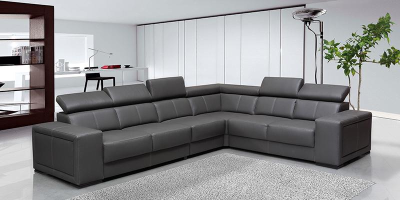 Угловой диван, размещенный в центре гостиной